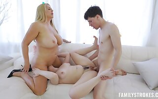 Curvy mom goes hand in hand with the stepdaughter