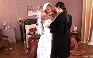 In a beeline to be bride Dorothy Black gets licked by horny Eve Investor